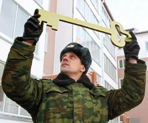 военный держит ключ