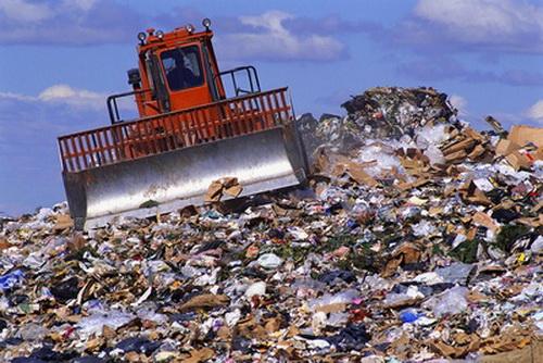 Что такое утилизация отходов Виды отходов, которые подлежат утилизации  Все отходы, которые подлежат утилизации, условно разделяют на 2 вида:  бытовые отходы. Сюда можно отнести бумажные изделия, пластмассу, стеклянную продукцию и различные пищевые отходы; производственные отходы. Их источников гораздо больше. Это различные медицинские, биологические, строительные, транспортные и т.д. отходы. Способы утилизации